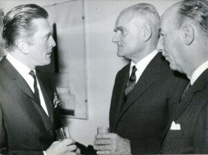 Valentino Bompiani con Alberto Moravia e Kirk Douglas